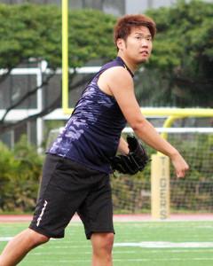 ハワイで自主トレを行う西勇。キャッチボールで汗を流した
