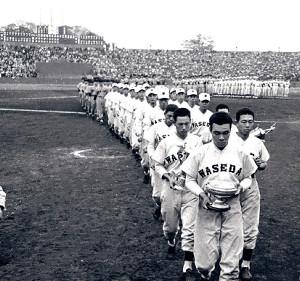 60年秋、早慶6連戦で慶大に勝利し秋季リーグを制覇。徳武主将を先頭に行進する早大ナイン