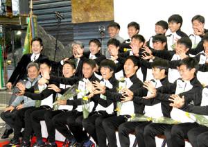 優勝から一夜明け、全員で「かめはめ波」のポーズを取る静岡学園イレブン