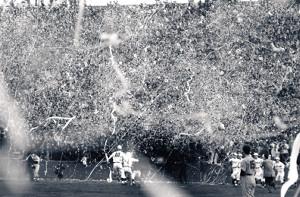 60年秋、早慶6連戦で慶大を破り優勝を決め喜ぶ徳武〈10〉ら。スタンドから紙吹雪が舞い散った