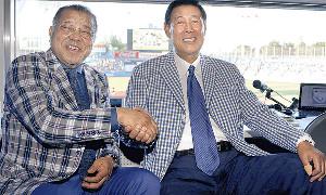 18年、テレビ解説のため神宮球場を訪れ握手を交わした掛布氏(左)と田淵氏