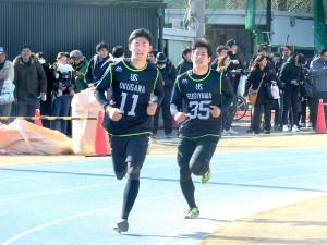 12分間走で力走する奥川(左)(右は杉山)