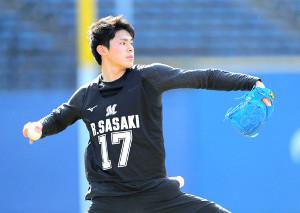 キャッチボールをする佐々木朗希(カメラ・相川 和寛)