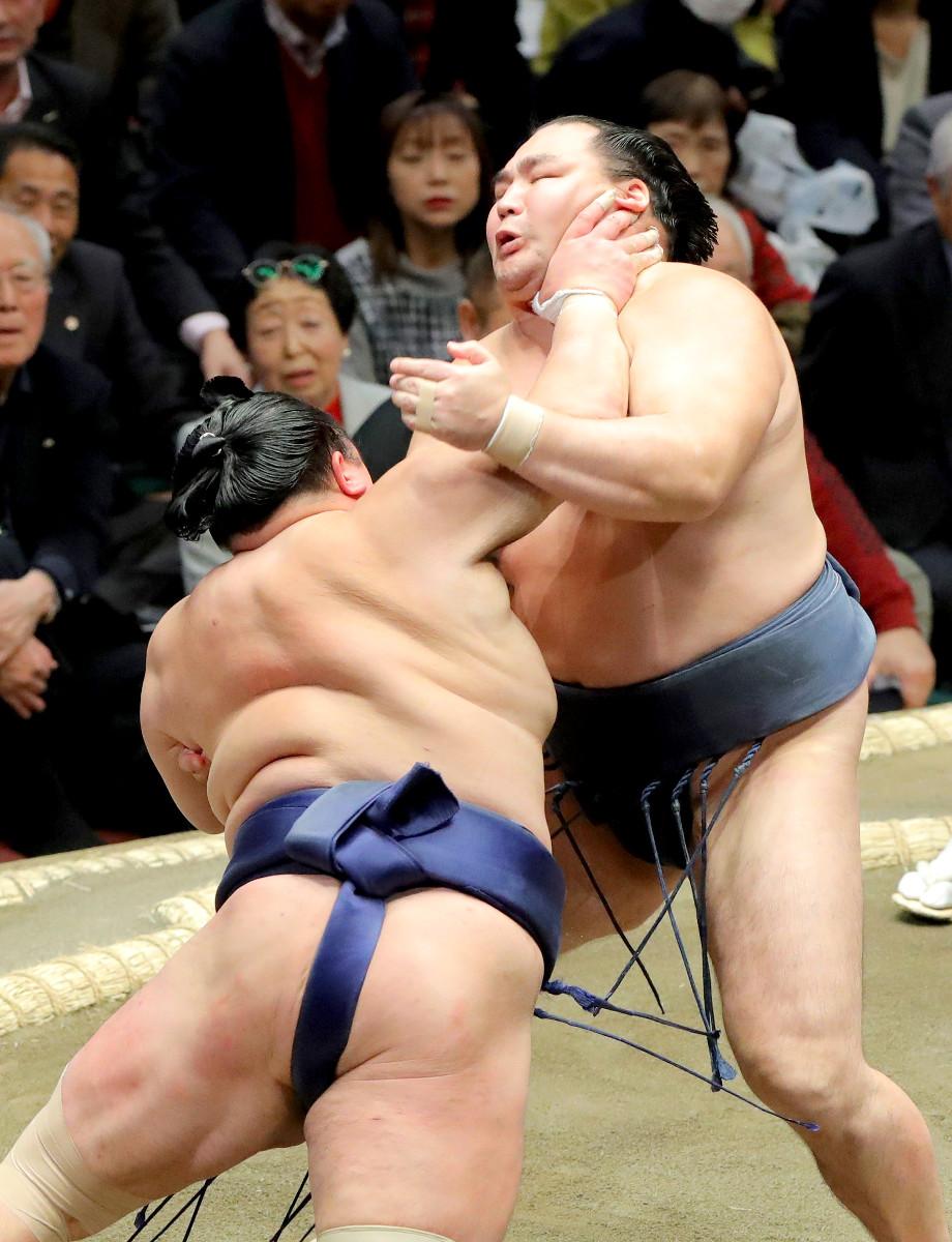 鶴竜(右)に強烈な右のど輪をかます北勝富士