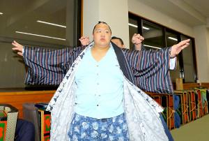 鶴竜を破った北勝富士は支度部屋で意気揚々と着替える(カメラ・森田 俊弥)