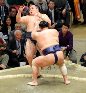 北勝富士(手前)が鶴竜を押し出しで破る(カメラ・森田 俊弥)