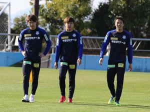 持久力などを測るテストでチームトップとなった太田(左)と小林(右)(中央は宮崎)