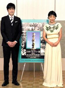 新司会者として意気込む羽鳥慎一アナと安藤サクラ(右)