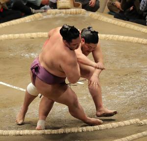 阿炎(右)は朝乃山を押し倒しで破る(カメラ・越川 亘)