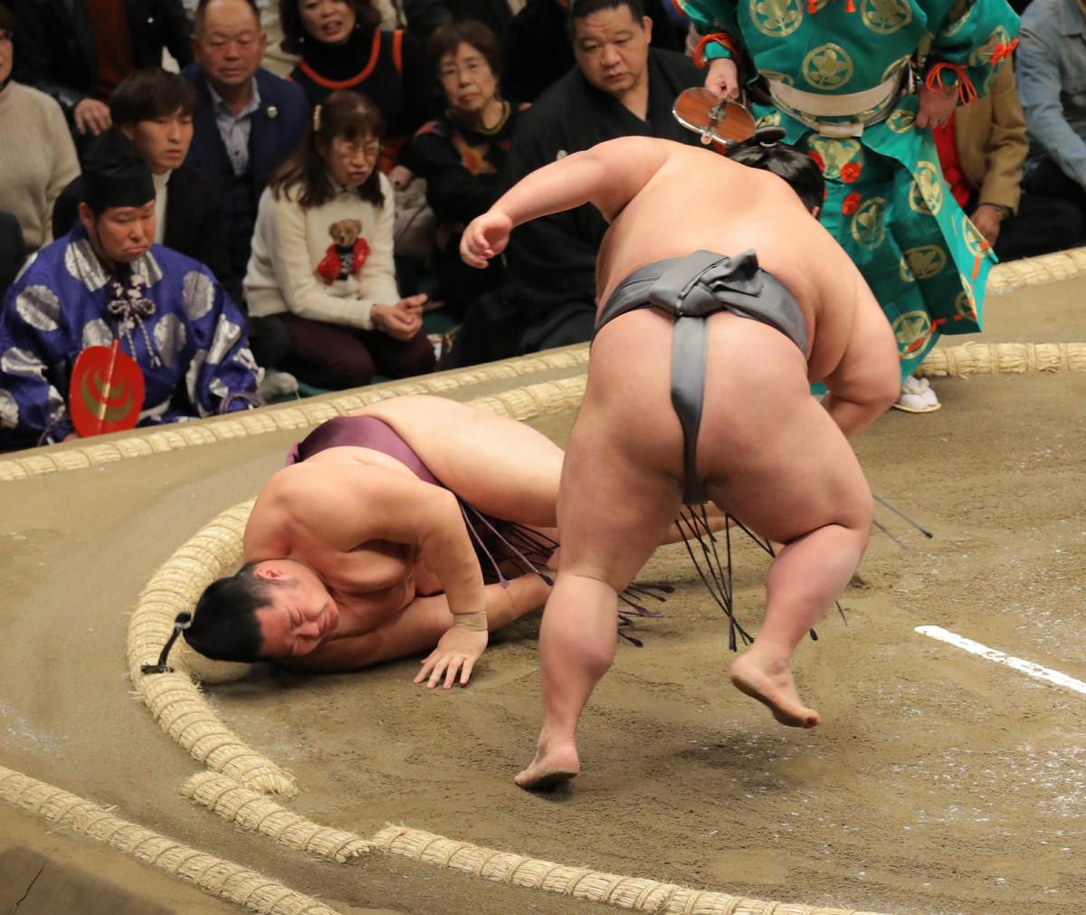 貴景勝は遠藤(左)を突き落としで下す(カメラ・越川 亘)