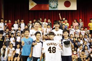 マニラ日本人学校野球教室で野球教室を行った巨人・木村正太氏(中央左)と北篤氏