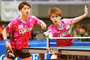 男子ダブルス3回戦でプレーする田添健汰(左)、田添響組