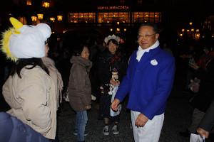 カストーディアルの衣装で準社員たちをもてなすオリエンタルランド上西京一郎社長
