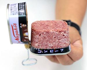 70年にわたり使われてきた「枕缶」。付属の巻き取り鍵に爪を引っ掛け、クルクル巻いていく