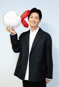 カンテレのマスコット「ハチエモン」のキスに笑顔の工藤阿須加