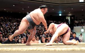 貴景勝(左)が突き落としで遠藤を下す(カメラ・相川 和寛)