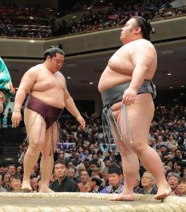 貴景勝(右)が突き落としで遠藤を下す