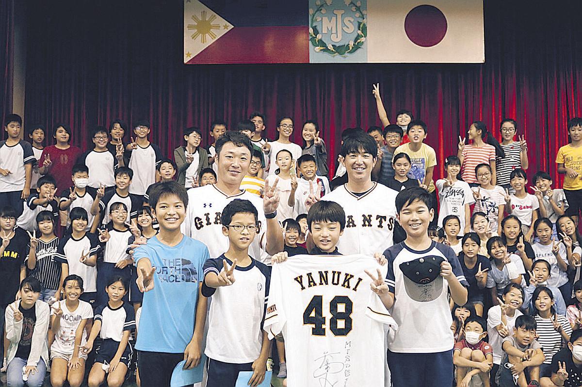 マニラ日本人学校で野球教室を行った木村氏(中央左)と北氏