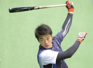 打撃練習をする菊田