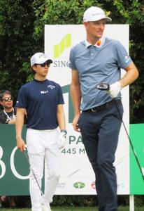 SMBCシンガポールオープン初日で同組でラウンドする石川遼(左)とローズ