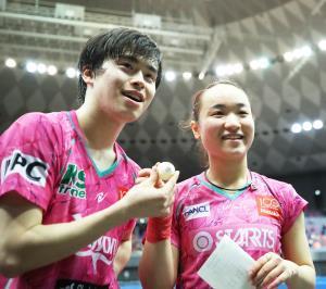 混合ダブルスで優勝し、ウイニングボールを手に笑顔を見せる森薗政崇、伊藤美誠組