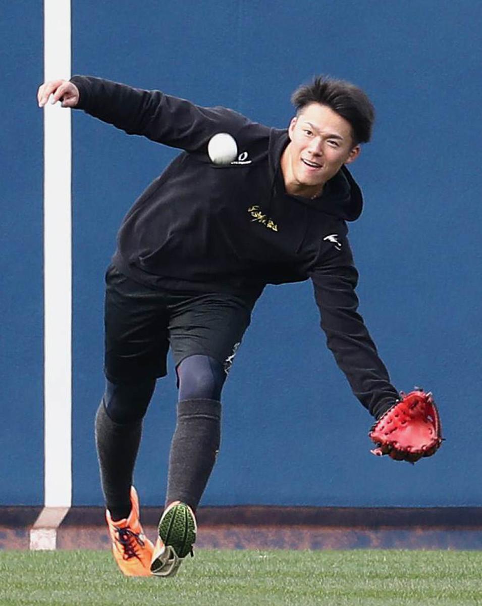 外野でキャッチボールするオリックス・山本由伸