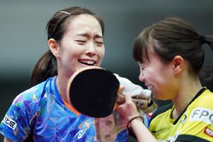 女子シングルス4回戦に勝利して、対戦した森薗美咲をねぎらう石川佳純(左)