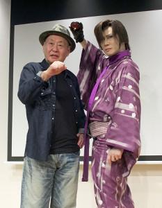 ポーズを決める泉谷しげる(左)と京本政樹