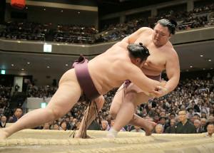 朝乃山(右)を寄り倒しで破った遠藤(左)