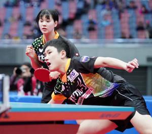 混合ダブルス決勝でプレーする張本智和、長崎美柚組