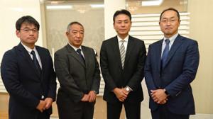 侍ジャパン大学代表の大久保監督(左から3番目)を支えることになったコーチ陣(左から川村氏、鈴木氏、1人おいて溝口氏)