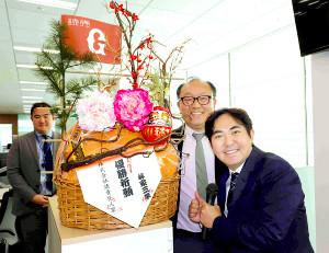 巨人の球団事務所を訪問し、今村社長(中央)にかご盛りを差し入れた林家三平(右)