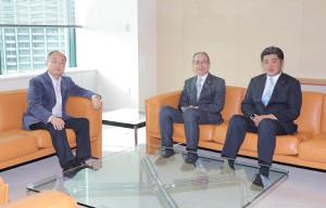 キャンプを前に孫正義オーナーにあいさつに訪れたソフトバンク王貞治会長(中)と工藤公康監督(右)