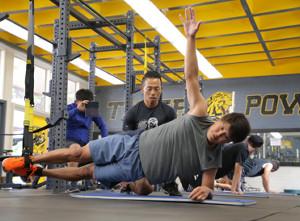 ハワイ自主トレでTRXトレーニングで体幹を強化する巨人・宮国椋丞