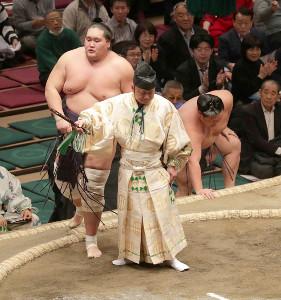 照ノ富士(左)は、美ノ海を、寄り倒しで破る