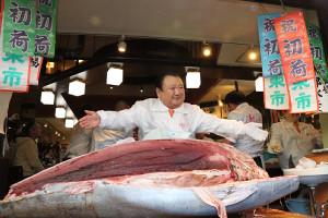 1億9000万円で落札した大間産マグロを置いてポーズを決める「喜代村」の木村清社長