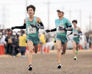 青学大のトップでゴールする中倉啓敦(左)(右は宮坂大器=カメラ・宮崎亮太)