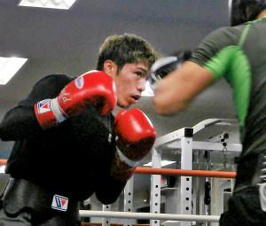 ヘッドギアを外してマスボクシングを行った前WBO世界スーパーフェザー級王者・伊藤雅雪(左)