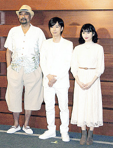 舞台開幕前に意気込みを語った(左から)ブラザートム、河合郁人、井上小百合