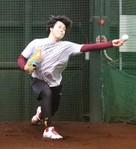 ブルペンで投球練習を行った楽天の高梨(カメラ・高橋 宏磁)