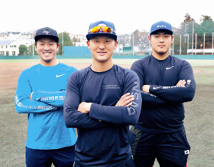 合同自主トレを行った(左から)岸田、吉川尚、岡本は充実した練習を終えグラウンドでポーズをとった