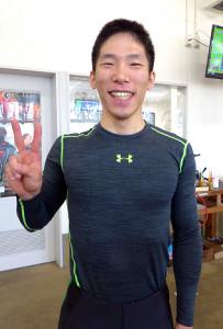 史上初の早期卒業生・寺崎浩平はデビュー戦で完全Vを果たし笑顔