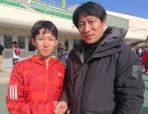 青学大に入学する高校NO1佐藤一世(左)と、激励する原監督