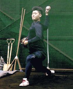 ブルペンで右肘の回復具合をアピールした楽天・安楽(カメラ・長井 毅)