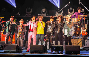 「いい事ばかりはありゃしない」を肩を組んで歌う奥田民生、斉藤和義 寺岡呼人、トータス松本、浜崎貴司、YO-KINGで結成された「カーリングシトーンズ」