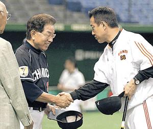 12年、試合前に原監督(右)と握手
