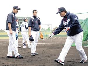 12年の春季キャンプ、高木監督(右)から守備指導を受けた(左から)高橋と吉川大