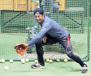テニスボールを使いトレーニングをする吉川大