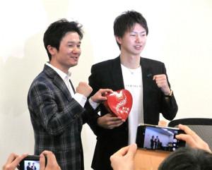 元WBCライトフライ級王者・木村悠氏(左)とトークショーを行った元WBAスーパー&IBF世界同級統一王者・田口良一氏