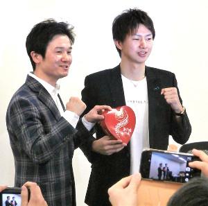 木村悠氏(左)とトークショーを行った田口良一氏